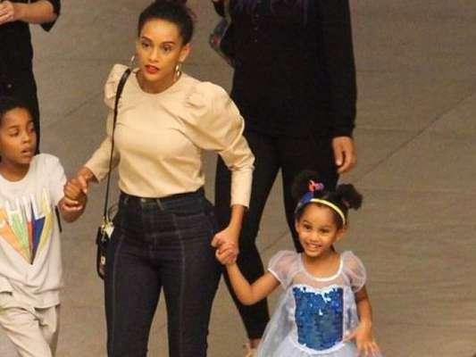 Princesa de tênis: filha de Taís Araujo rouba cena com fantasia em passeio com a atriz nesta quinta-feira, dia 13 de junho de 2019