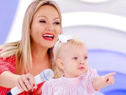Filha de Eliana roubou a cena em aniversário de Isabella Fiorentino ao acompanhar a mãe