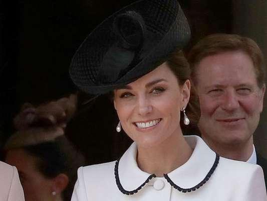 Kate Middleton aposta em dress coat branco em evento do Order of the Garter Service nesta segunda-feira, dia 17 de junho de 2019