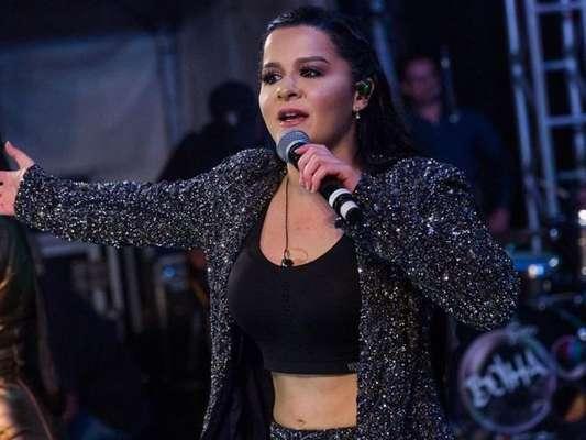 Maraisa deixou barriga à mostra em show com a irmã, Maiara