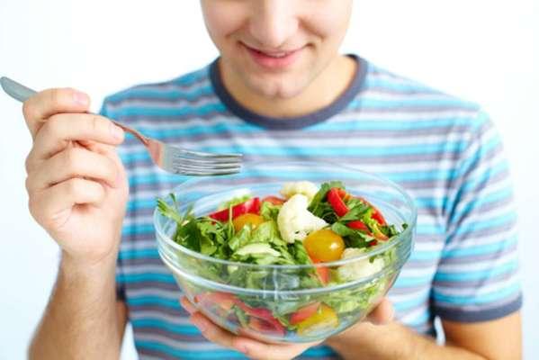Estômago: ficar muito tempo sem comer pode causar halitose, essa é inclusive a terceira causa mais comum de mau hálito. Não pule refeições e não fique muito tempo sem comer.