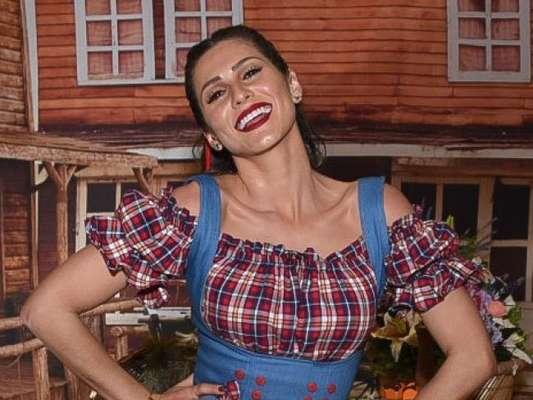 Lívia Andrade dançou até o chão ao comemorar com festa junina seu aniversário de 26 anos em buffet de São Paulo nesta quarta-feira, 26 de junho de 2019