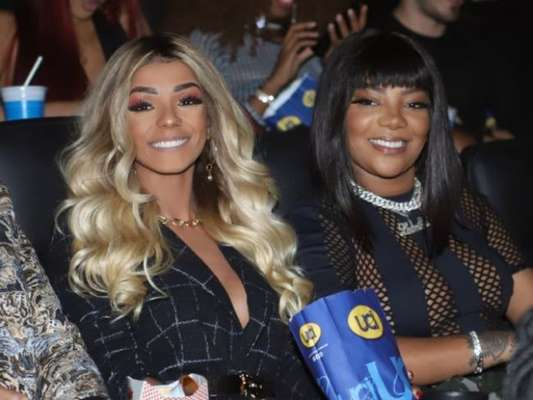 Ludmilla e Brunna Gonçalves chamam atenção com anéis iguais em festa