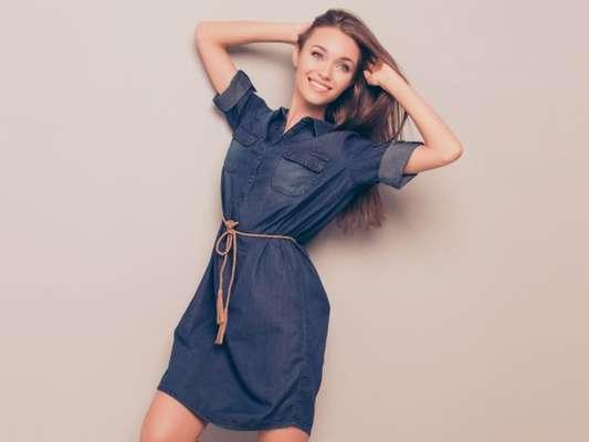 O vestido jeans é a peça queridinha de famosas e fashionistas, e pode ser usado em looks arrumados e despojados