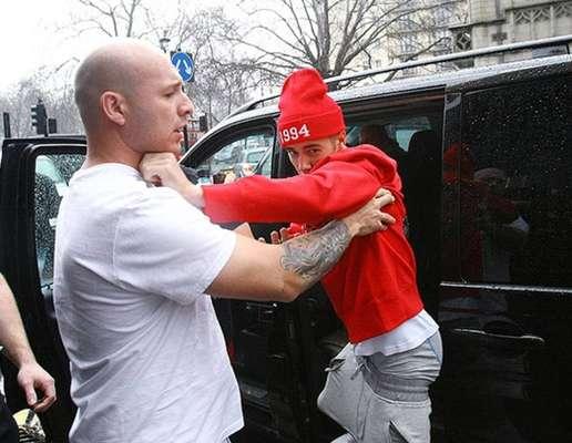 Processos de fotógrafos - A relação de Justin com os paparazzi é bem conturbada. Em junho de 2013, ele foi processado por um fotógrafo que o acusou de ter sido o mandante da surra que tomou do segurança de Bieber. Ele alega ter sido agredido por tirar fotos do cantor em Miami, e pediu mais de R$ 30 mil de indenização. Em agosto de 2014, o cantor foi processado por outro fotógrafo, que acusou o cantor de ter mandado um segurança quebrar sua câmera fotográfica.