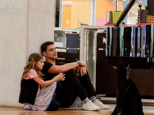 Cauã Reymond e a filha se sentam no chão para ver pianista em shopping nesta terça-feira, dia 09 de julho de 2019