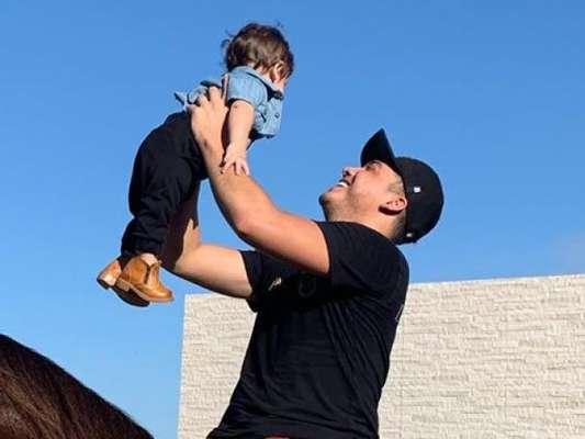 Filho de Wesley Safadão combina look jeans com botas de vaqueiro em dia em fazenda