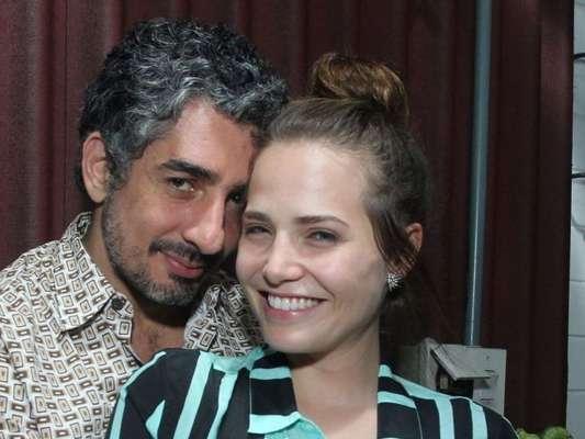 Letícia Colin posou pela primeira vez com a barriga de grávida, fruto do relacionamento com Michel Melamed: 'Fazemos pose para comemorar essa coisa que nem tem nome'