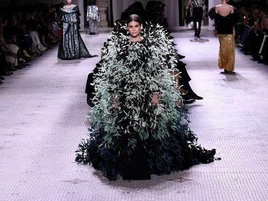 Vestidos da alta-costura que são pura extravagância: que tal esse modelo todo em plumas da Givenchy?