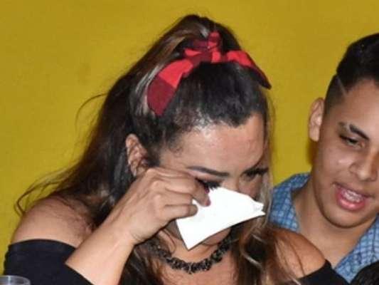 Cantora Márcia Fellipe chorou ao ganhar carro de luxo avaliado em R$ 500 mil do marido em festa de aniversário