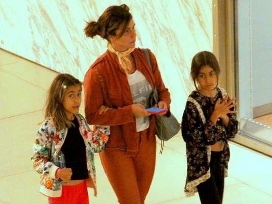 Giovanna Antonelli curte passeio com as filhas gêmeas no shopping Village Mall, no Rio de janeiro, na noite desta quarta-feira, 10 de julho de 2019