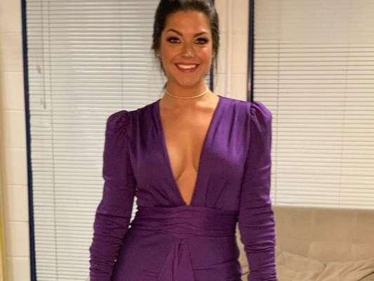 Thais Fersoza usou vestido com decote no lançamento da nova temporada do 'The Voice Brasil' nesta quinta-feira, 11 de julho de 2019