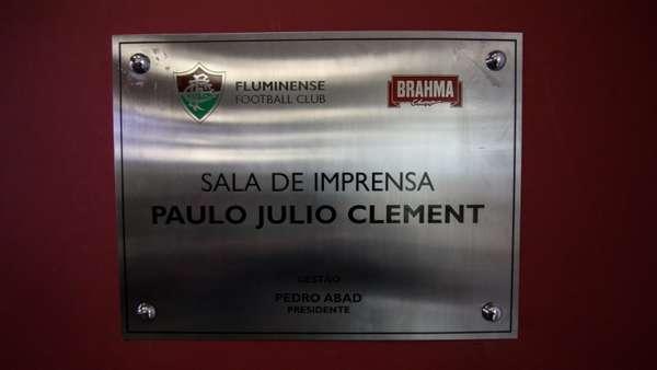O Fluminense inaugurou recentemente a sala de imprensa do CT, na Barra da Tijuca, no Rio de Janeiro. O jornalista Paulo Julio Clement, morto no acidente com avião da Chapecoense, em 2016, era torcedor do Tricolor das Laranjeiras e foi homenageado pelo clube. Confira a galeria do L! e relembre outros jornalistas homenageados.