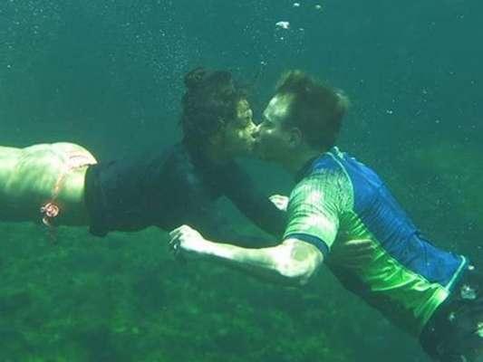 Michel Teló e Thais Fersoza se beijam debaixo d'água em foto publicada no Instagram nesta quinta-feira, dia 18 de julho de 2019