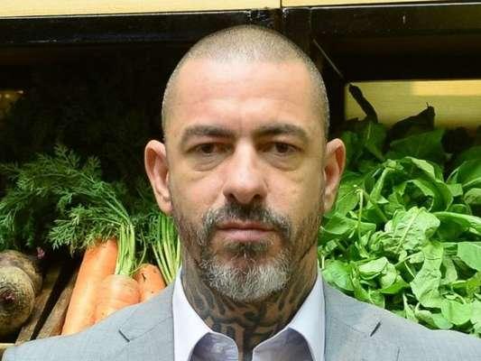 Henrique Fogaça relatou fratura nas costelas após acidente. 'Está bem', assegurou ao Purepeople a assessoria de imprensa da Band