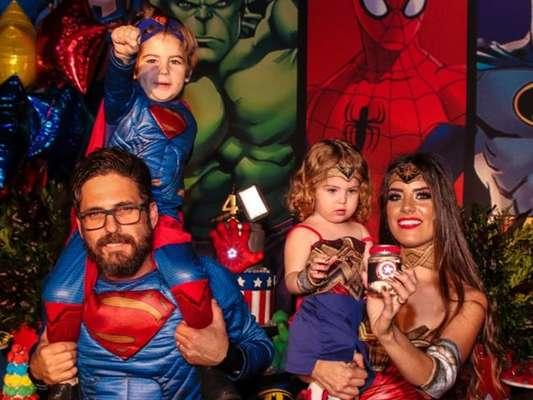 Sertanejo Hudson, dupla de Edson, e a mulher, usaram looks de super-heróis para festa de aniversário de 4 anos do filho Davi