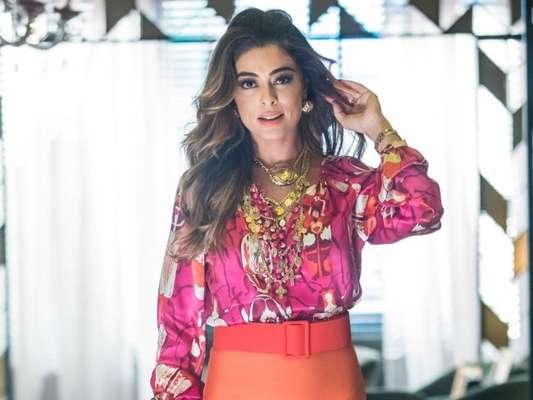 Maria da Paz (Juliana Paes) ouve Josiane (Agatha Moreira) com Régis (Reynaldo Gianecchini) na novela 'A Dona do Pedaço'