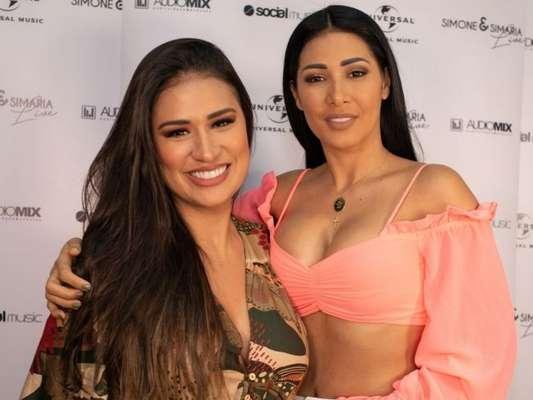 Simone ganha elogio indiscreto da irmã, Simaria, no palco de show na sexta-feira, dia 19 de julho de 2019