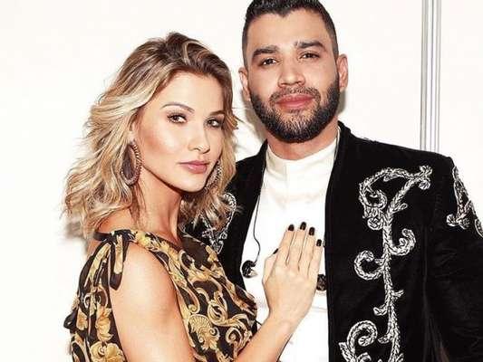 Andressa Suita brilha em look Versace em gravação de DVD de Gusttavo Lima na noite de sábado, dia 20 de julho de 2019