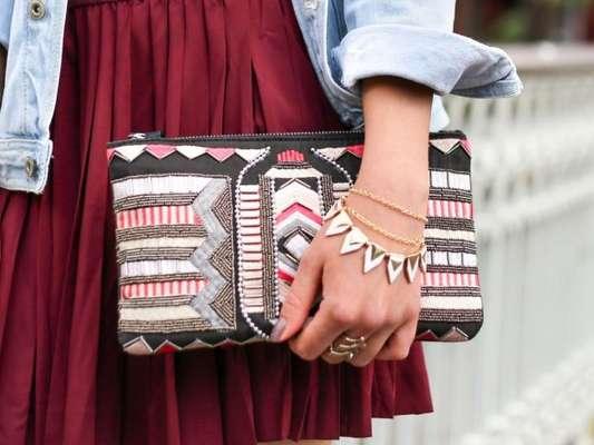 A clutch é aquela bolsa de mão, mais sofisticada, geralmente é usada para festas; mas também traz um aspecto mais delicado para os looks do dia a dia