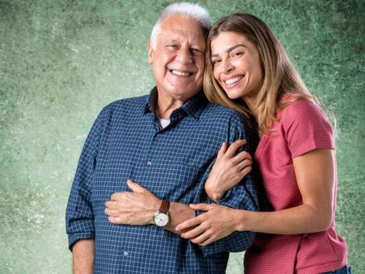 Paloma (Grazi Massafera) aceita trabalhar como acompanhante de Alberto (Antonio Fagundes) na novela 'Bom Sucesso'