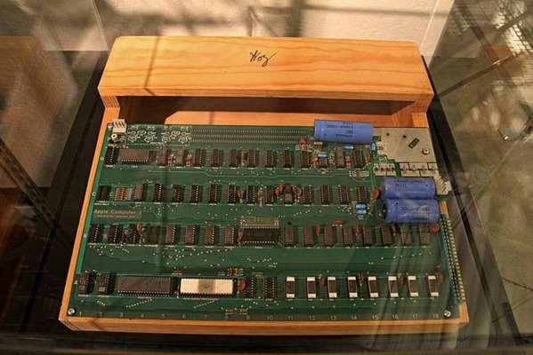 1976 - A Apple Computer foi fundada pelos amigos Steve Jobs e Steve Wozniak em 1º de abril de 1976, no 'Dia da Mentira'. O primeiro computador criado por eles, o Apple I, era baseado em uma placa de circuito. Ele foi apresentado em uma reunião de um clube de entusiastas dos computadores.