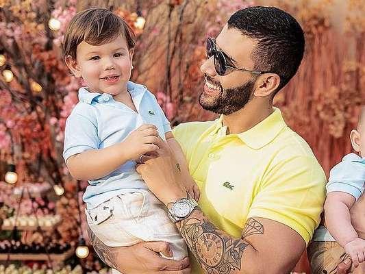 Gusttavo Lima fica emocionado ao ver vídeo do filho Gabriel cantando música sua