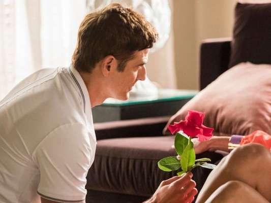 Régis (Reynaldo Gianecchini) declarará seu amor por Maria da Paz (Juliana Paes) após sair do hospital na novela 'A Dona do Pedaço'