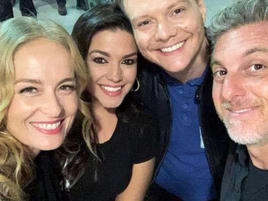 O quarteto Angélica, Luciano Huck, Thais Fersoza e Michel Teló curtiu juntinho o show Sandy e Junior no sábado. Neste domingo o sertanejo lembrou a noite: 'Companheiros de baladinha!'