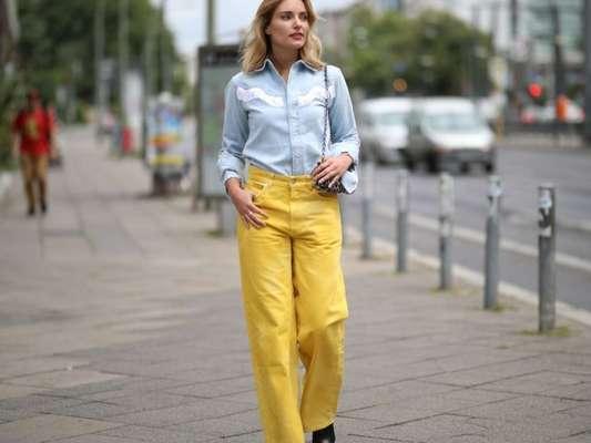 Camisa jeans clarinha em estilo western fica linda com calça amarela e botas
