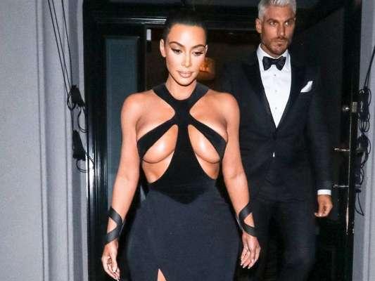 Sempre na moda, Kim Kardashian escolheu uma estampa vintage Dior para apostar