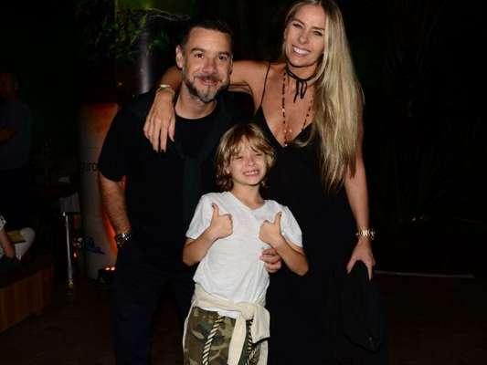 Adriane Galisteu responde às críticas em foto de selinho entre marido e filho no domingo, dia 12 de agosto de 2019