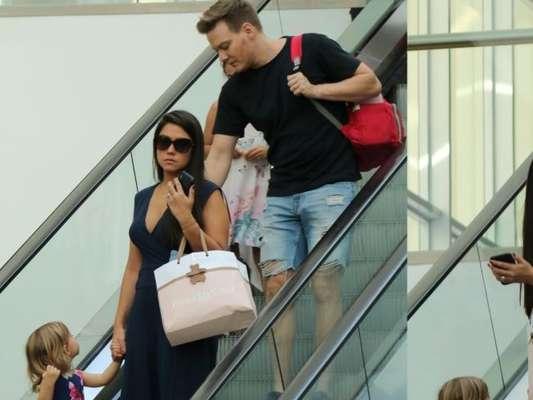 Em família: Thais Fersoza e Teló levam Melinda e Teodoro em shopping nesta segunda-feira, dia 12 de agosto de 2019