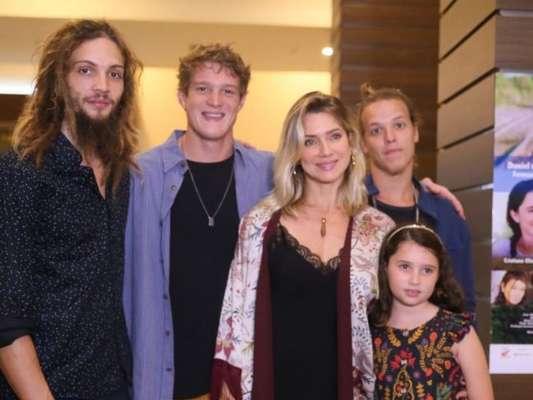 Letícia Spiller foi com o namorado, Pablo Vares, e os filhos, Pedro Novais e Stella, na pré-estreia do filme 'Eu Sou Brasileiro', nesta segunda-feira, 12 de agosto de 2019
