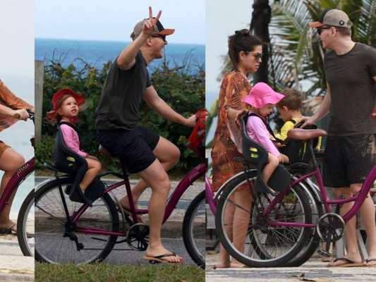 Thais Fersoza e Michel Teló param passeio de bike com filhos por virada no tempo à beira-mar nesta terça-feira, dia 13 de outubro de 2019