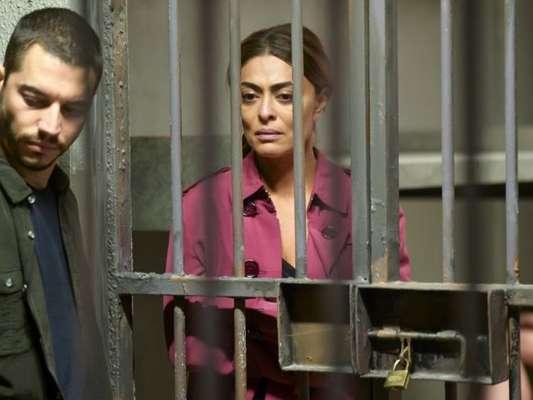 Nos próximos capítulos da novela 'A Dona do Pedaço', Maria da Paz (Juliana Paes) flagra Jô (Agatha Moreira) e Régis (Reynaldo Gianecchini) e vai para a prisão.