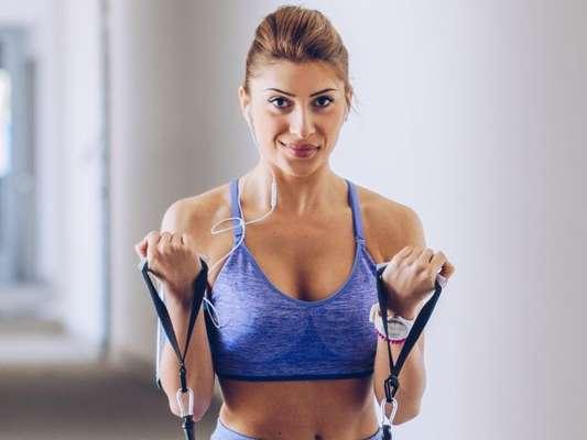 Exercício com elástico: personal aconselha prática para perda de peso e ganho de condicionamento físico