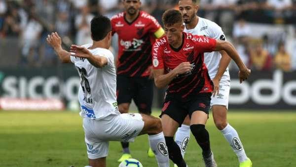Confira a seguir a galeria especial do LANCE! com as imagens da partida do Santos contra o Athletico neste domingo