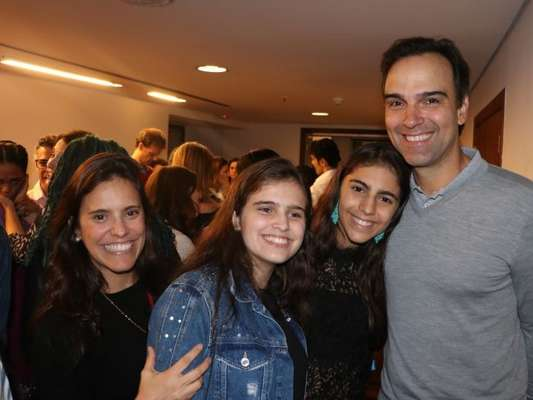 Tadeu Schmidt curtiu o musical 'A Cor da Púrpura' ao lado da família nesta segunda-feira, 10 de setembro de 2019