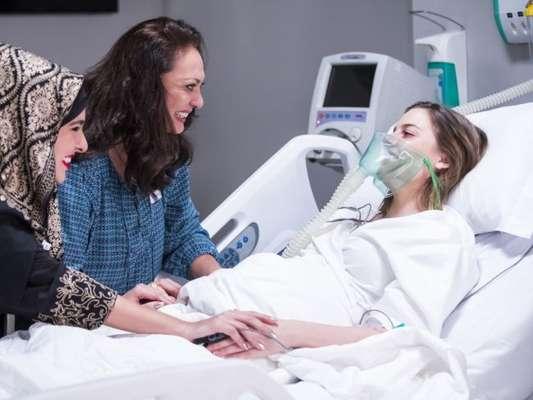 Dalila (Alice Wegmann) entra em trabalho de parto e tem companhia de Rania (Eliane Giardini) na novela 'Órfãos da Terra'