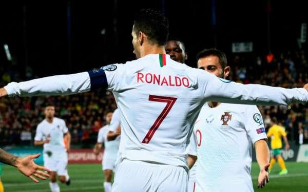 Nesta terça-feira, no jogo das Eliminatórias da Eurocopa, Portugal venceu a Lituânia por 5 a 1, com quatro gols de Cristiano Ronaldo. Os quatro gols fizeram o camisa 7 ficar ainda mais perto de Ali Daei, maior artilheiro por seleções da história do futebol. Veja o ranking!