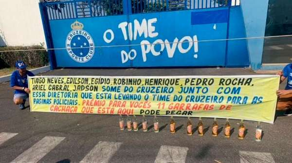 Torcedores do Cruzeiro protestam contra os medalhões do time na porta do CT e oferecem garrafas de cachaça (11/09/19)