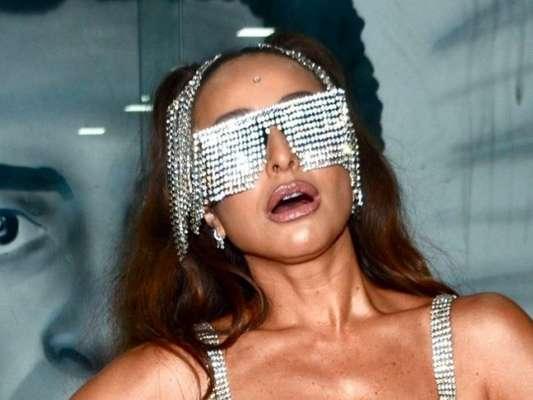 Sabrina Sato arrasou em look prateado e com franjas deixando à mostra o corpo tornedo para escolha do samba-enredo da Gaviões para o carnaval 2020