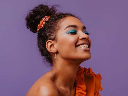 Cabelo cacheado: inspire-se em penteados fáceis de fazer para o verão!