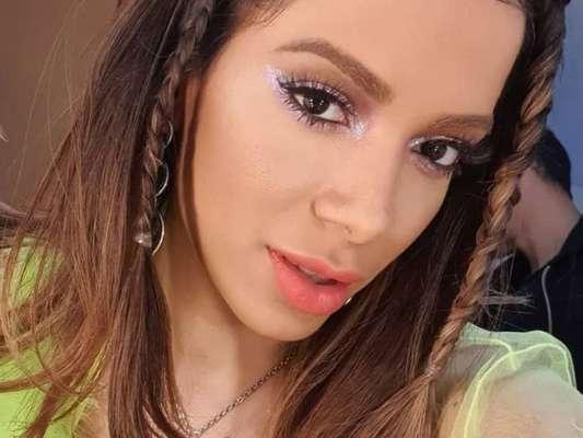 Nada discreta! Anitta alia transparência, neon e biquíni em look para TV nesta terça-feira, dia 17 de setembro de 2019