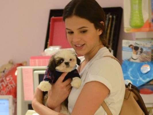 Bruna Marquezine deita no chão e ganha lambida no rosto de cachorro em vídeo publicado nesta quinta-feira, dia 19 de setembro de 2019