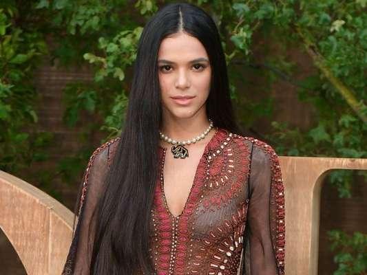 Bruna Marquezine investe em look boho chic e cabelo ultra longo para Semana de Moda de Paris