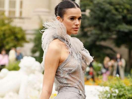 Bruna Marquezine dispensa sutiã e usa bolsa inusitada em look para desfile em Paris nesta quarta-feira, dia 25 de setembro de 2019