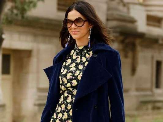 Bruna Marquezine mescla texturas e usa look dark floral em novo look para desfile