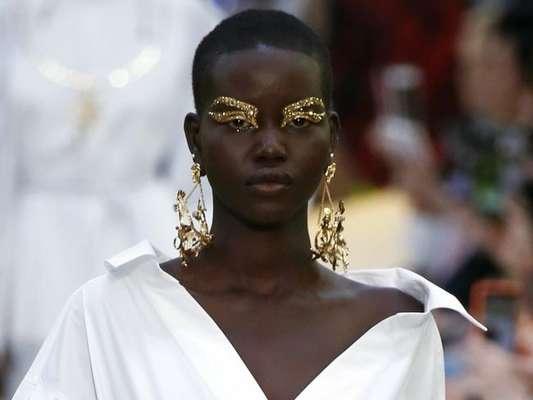 Maquiagem dourada: a grife Valentino apostou em sobrancelhas e pálpebras douradas para a Semana de Moda de Paris